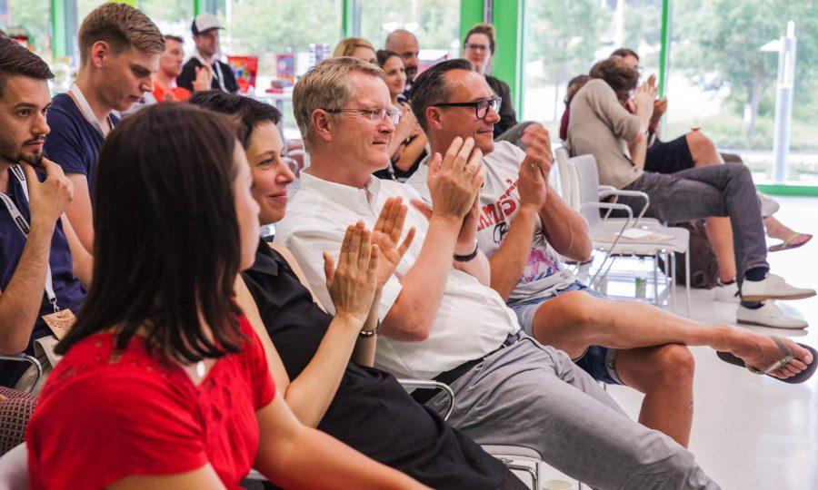 Der Geschäftsführer von STABILO International, Horst Brinkmann, ist bei den Präsentationen der Kreativen persönlich anwesend