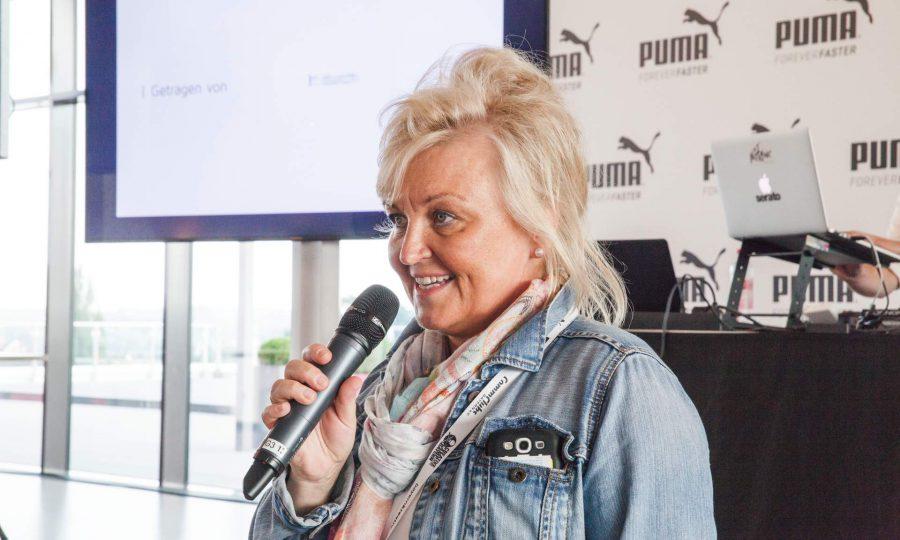 Petra Lorenz, Geschäftsführerin der CommClubs Bayern bei der Präsentation der Endergebnisse des Camps