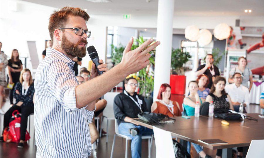 Dirk Kiefer, Leiter des Bayerischen Zentrums für Kultur- und Kreativwirtschaft stellt Kultur- und Kreativunternehmen aus Bayern vor